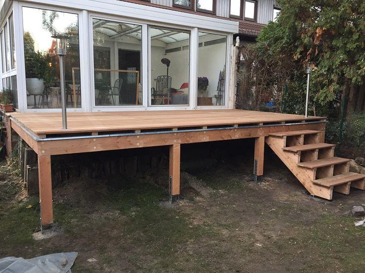 Erhhte Terrasse aus Bangkirai mit Holztreppe und
