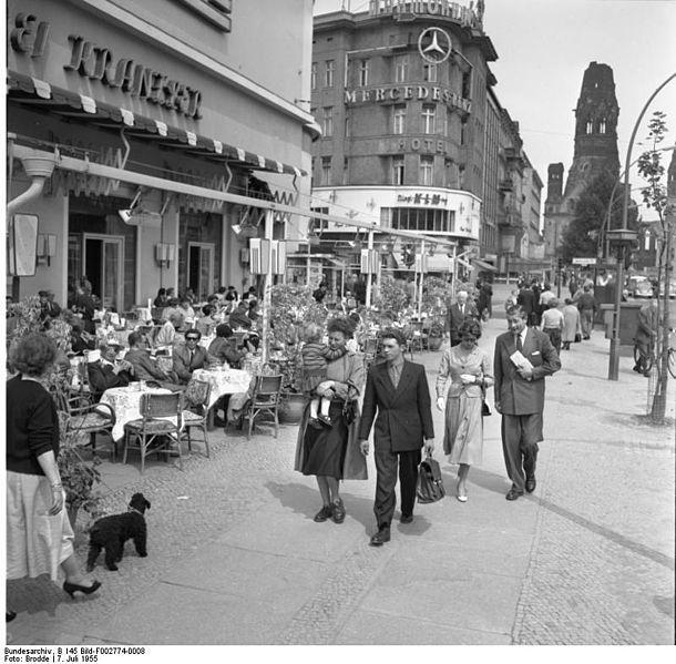 Bundesarchiv B 145 Bild-F002774-0008, Berlin, Café Kranzler.jpg/ July 7, 1955