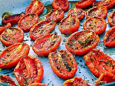 Door het roosteren krijgen de tomaten nog meer smaak. Ze zijn heerlijk in salades of, samen met een plakje rauwe ham of mozzarella, op geroosterd brood.