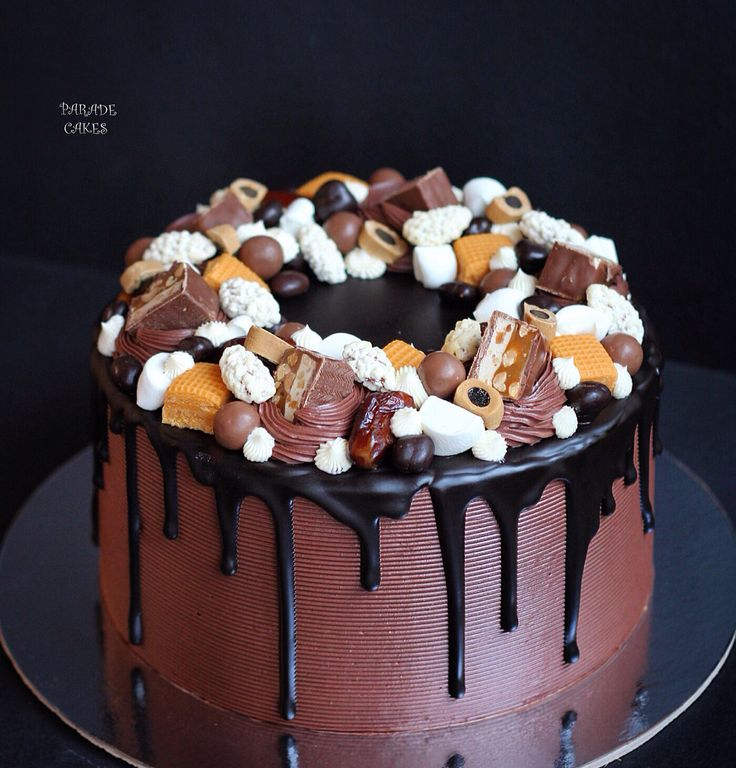 """Торт """"Черный лес"""" - пропитанный шоколадный бисквит, вишня и сливочно-москарпоновый крем. Автор instagram.com/paradecakes"""