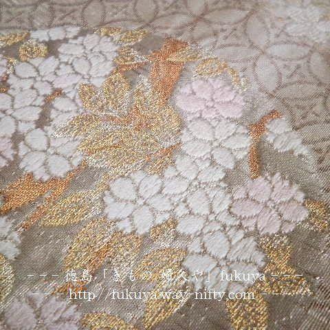 【kimono_fukuya_tokushima】さんのInstagramをピンしています。 《#袋帯 #桜 #obi #徳島 #きもの婦久や . 逸品 袋帯「白地に桜の花丸 七宝地紋 」 . 先日の袋帯の拡大写真です。 . 伝統工芸の職人技の光る、繊細な逸品物の袋帯です。 . 品よく・若い方向き . 留袖 訪問着 付下げ 色無地 等に . ◇是非、実物をご覧下さい。 . . ◇⏩facebookページ 🔍⇨ https://www.facebook.com/kimono.fukuya.tokushima ⇦「👉フォロー・いいね!・シェア👈」宜しくお願いします。 . #花丸 #七宝 #伝統工芸 #美 . ー ー ー ー ー . 【きもの 婦久や(ふくや)/ご紹介】 . ◇フォーマルからカジュアルまで着物全般・取扱っております。 . 【例】 . #結婚式お呼ばれ #披露宴 のお呼ばれ 成人式 #お宮参り #七五三 パーティー . #お茶会 #いけばな #三味線 #お琴 学校等の行事 同窓会 趣味 歌舞伎 観賞 その他の機会お着物…