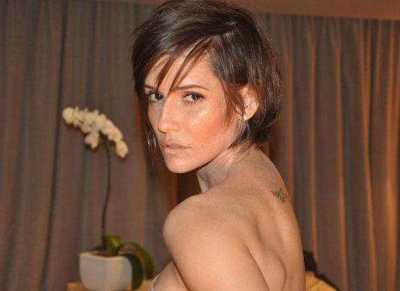O corte assimétrico que consiste em deixar as pontas mais compridas na parte da frente e os cabelos da nuca mais curtos, valoriza a mulher