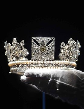 George IV Diadem -To mark the Jubilee year Buckingham Palace hosts an exhibition to showcase more than 10,000 royal diamonds. Stunning picture~