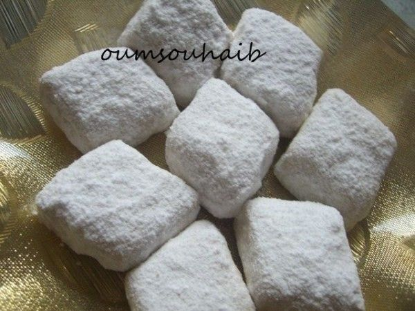 selem alaykoum/bonjour comme prévu ,je vous poste la recette des losanges au sucre glace que j'ai fait pour la fête de l'aid! j'aime beaucoup l'association des cacahuètes et graines de sésames et surtout un gateau très fondant en bouche ... allez,laissez-vous...