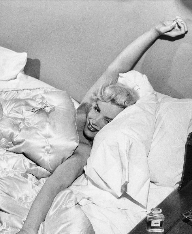 Summers In Hollywood Marilyn Monroe At Home In Bed 1953 Chanel No 5 Perfume By Her Bedside Marilyn Monroe Photos Marylyn Monroe Norma Jean Marilyn Monroe