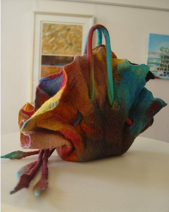 La borsa infeltrita di mano Rugosa è influenza dal fiore di rosa variegato e realizzato in lana merino australiana bene. La borsa è design per evento speciale - una mano trasporta il sacchetto e facendovi per distinguersi dalla folla e avere una borsa unica che è diversa da tutti i giorni. La borsa è misurata 28 cm di altezza (11 pollici) dallimpugnatura verso il basso e la larghezza massima è 30 cm in larghezza (12 pollici) prelevato dallalto con ruches di Rugosa e il fondo piatto è di 15…