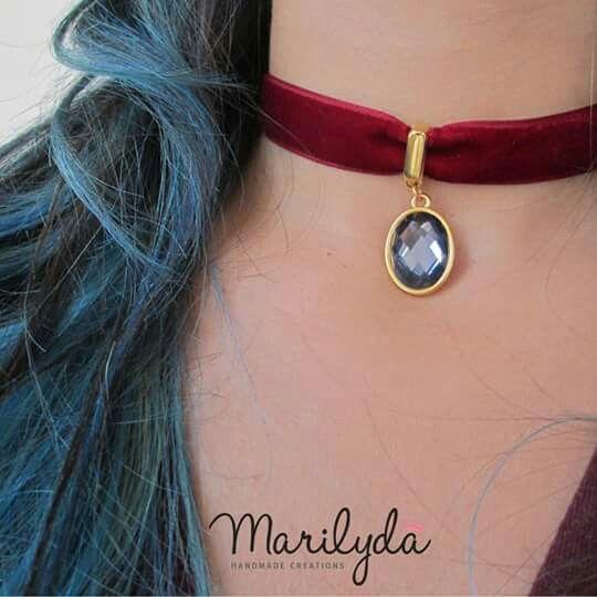 """Crystal Crush"" chocker by Marilyda Tσόκερ από φίνα βελούδινη κορδέλα και εντυπωσιακή κρυστάλλινη πέτρα σε ιριδίζων μπορντό. Διαθέσιμο και σε μαύρο βελούδο ή με μπλε ραφ κρυστάλλινη πέτρα."