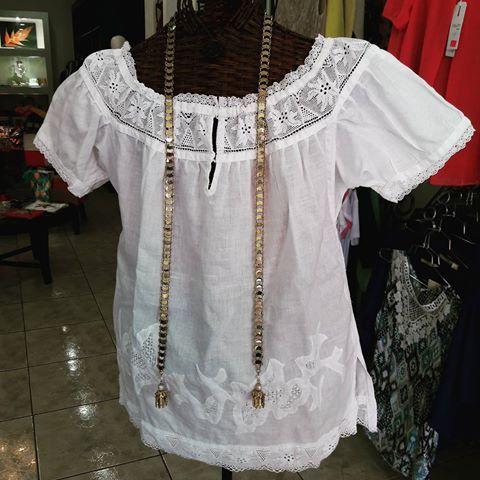 Una forma exiquisita de distinguirte en estas fiestas patrias es usando una #hermosa #camisola con #talcoensombra  #calados y trencillas de #hilo en color #blanco. Talla XL Precios al 62036483