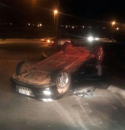 No início da madrugada deste domingo (18), um homem acusado de participar do roubo de um carro foi preso após capotar o veículo na via q...