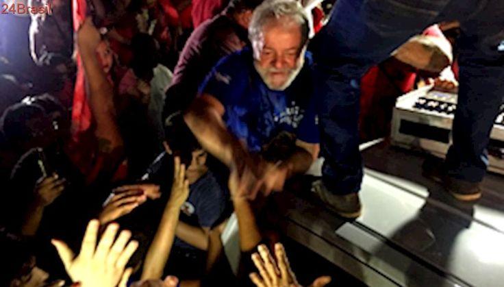 Lula chega em Teresina, mas poupa seu discurso ao subir em caminhão
