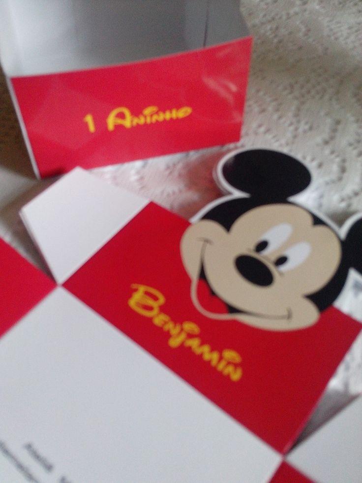 MODELO : <br>Caixa Toten Mickey ou Minie <br>Fazemos em todos os temas ( a combinar). <br> <br>VARIAÇÃO: <br>A caixa pode ser no fundo vermelho, poa preto c/ branco ou vermelho c/ branco. <br>Temos as forminha para doce no mesmo modelo para compor sua mesa de doces - R$0,60 cada. <br> <br>PAPEL: <br>Impressão em fotográfico peso 180 gr com brilho ou fosco. <br>Corte manual com bordas brancas. <br> <br>ENVIO: <br>Por carta registrada, PAC ou E sedex ( a combinar) <br> <br>QUANTIDADE MINIMA…