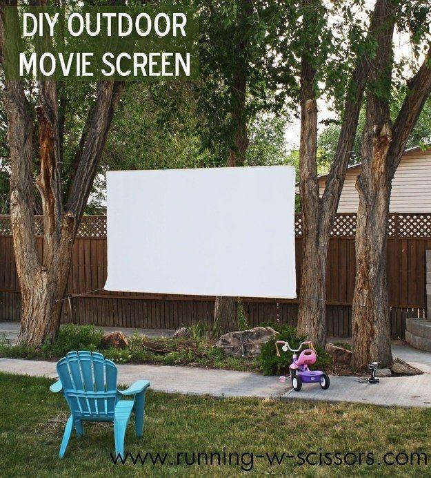 Cómo hacer una pantalla de cine al aire libre es más fácil de lo que piensas. | 41 Cheap And Easy Backyard DIYs You Must Do This Summer