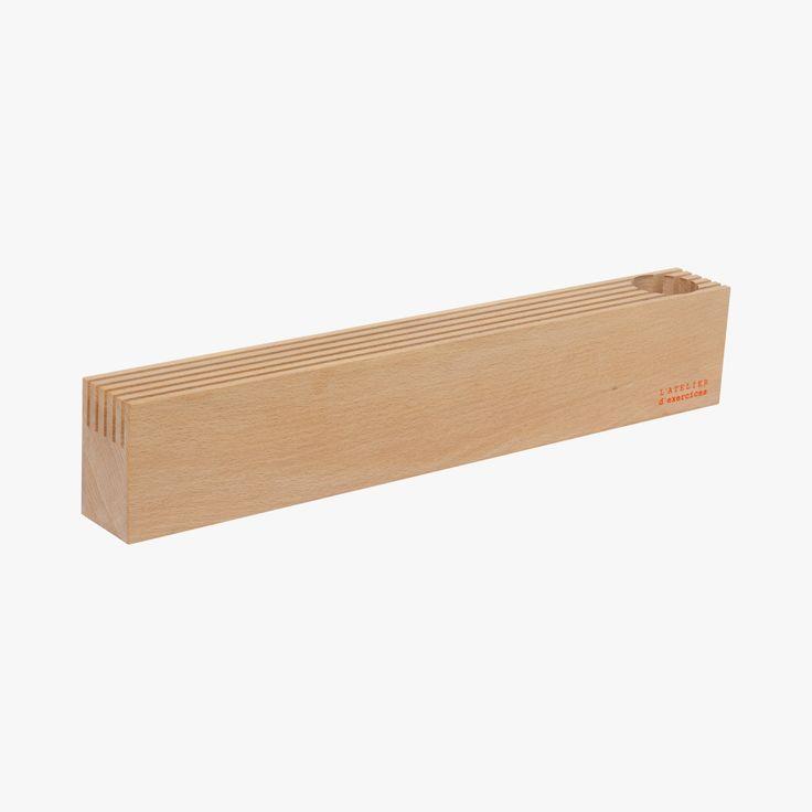 En un coup d'œil, le Porte-cartes donne le programme de la semaine : courriers, invitations, billets de spectacle, cartes de visite…  Ce bloc de hêtre massif est travaillé de 5 traits de scie et creusé d'un puits à stylos et crayons.  Dimensions : L 50 cm x l 5,6 cm x H 9 cm. Rigoles : L 50 cm x l 0,4 cm x H 3 cm. Puits : Diam. 4,8 cm x H 7,7 cm. Fabriqué en France.