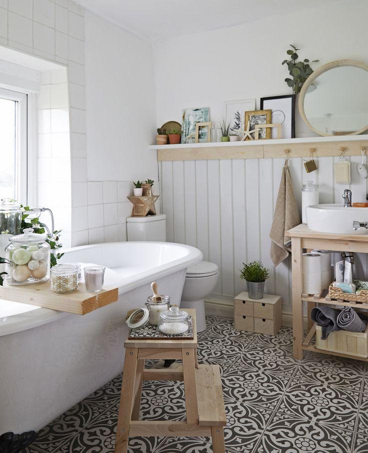 Ein weißes Badezimmer mit Aufbewahrungen aus Holz, Dosen aus Glas und einem gefliesten Boden, u. a. mit BEKVÄM Tritthocker in Birke.
