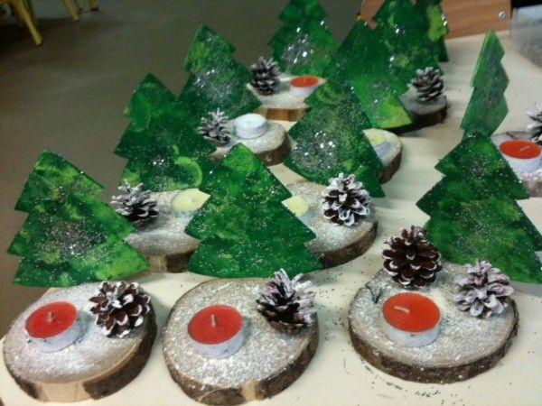 Voici les sapins peints au tampon (ronds), parsemés de paillettes (ca revient cher mais ils adorent!) Les pommes de pin peintes au pinceau et les bougies peintes et roulées dans le gel pailleté... Les rondins de châtaigner peints à la brosse à dents pour...