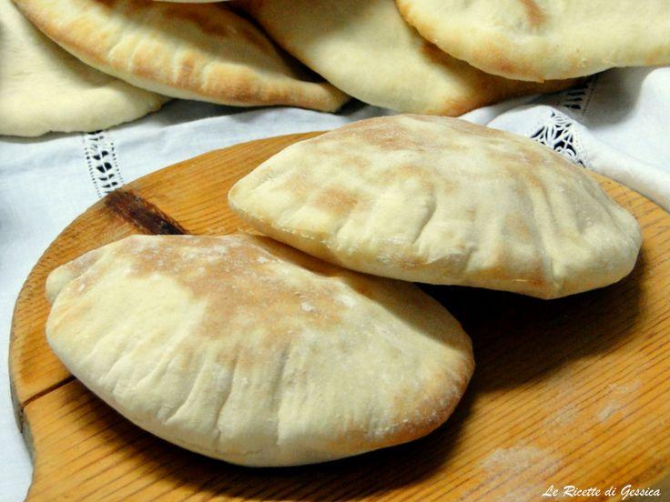 Ricetta con e senza Bimby del PANE PITA per Kebab o per panini alla piastra. Un soffice pane che con il calore gonfia fino a formare una tasca da farcire