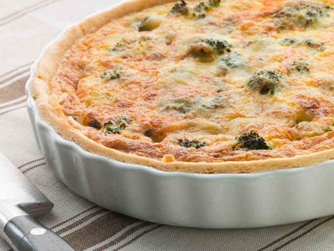 This is a delicious cheddar bacon broccoli quiche recipe, a quick and easy recipe to prepare. Broccoli quiche at its best. Easy Breakfast Casserole Recipes, Quiche Recipes, Easy Healthy Breakfast, Egg Recipes, Diet Recipes, Dessert Recipes, Healthy Recipes, Desserts, Light Easy Dinner