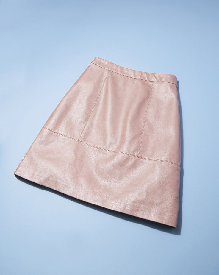 New Look's PU mini skirt is finished in a pearly pink and tapers slightly at the waist to create a flattering silhouette. Wear with as an alternative to denim at the weekend.
