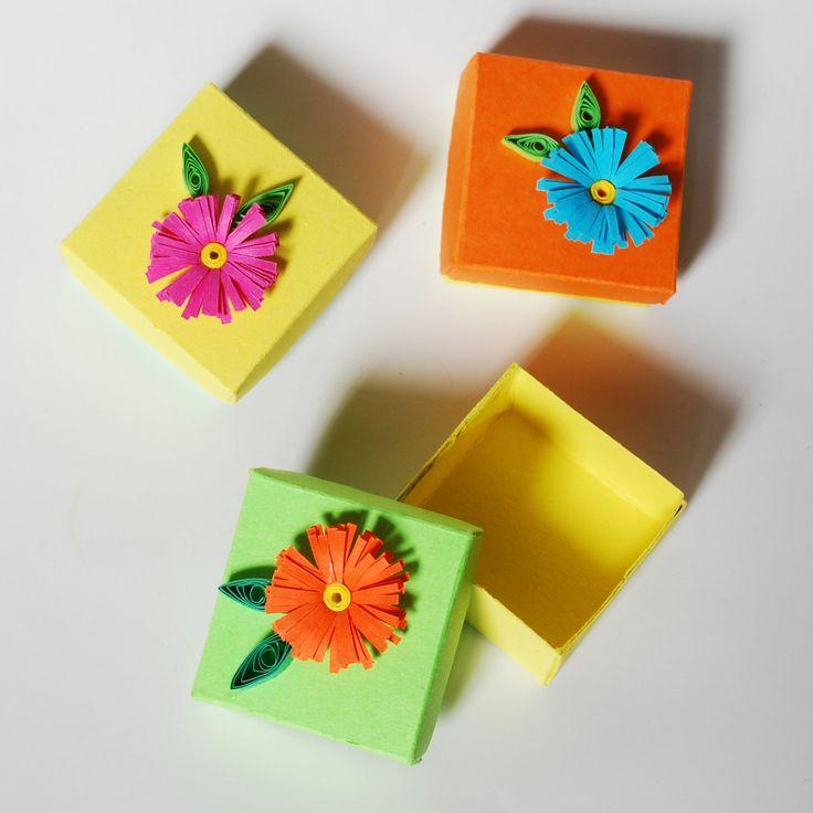 Dárková krabička pidi - kytička Chcete darovat prstýnek, kamínek pro štěstí nebo jinou drobnost a nemáte ji do čeho dát? Nabízím veselou, barevnou pidi krabičku z tvrdého papíru dozdobenou technikou quilling. Krabička má rozměry 3x3cm a na výšku 1,5cm. Barvy krabičky: oranžová, zelená a žlutá Barvy kytiček:oranžová, smetanová růžová a světle modrá. Je jen na ...