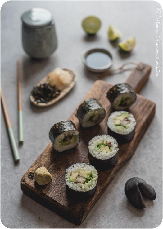 Maki Sushi mit Pfeffermakrele und Avocado