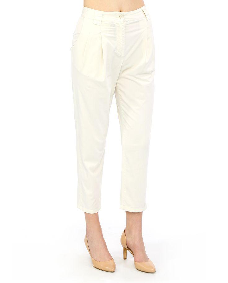 Свободные укороченные #брюки из коллекции #Merci. Модель с защипами выполнена из хлопка с добавлением эластана. Благородный цвет слоновой кости, боковая застёжка-молния – просто, нарядно, удобно. Брюки хорошо сочетаются с одеждой любого стиля.