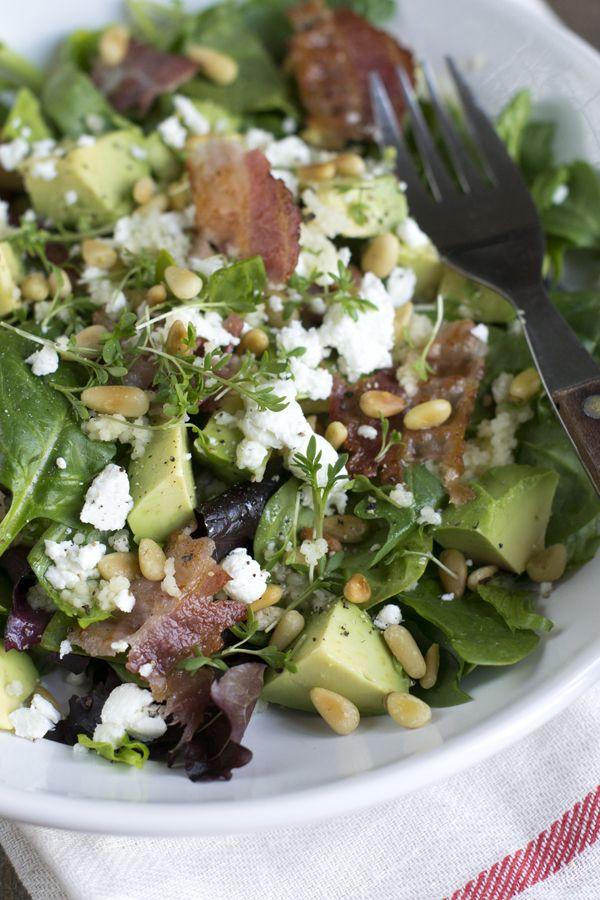Salade met avocado en spek