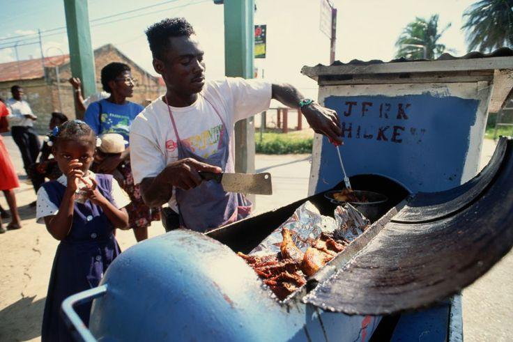 Ardiente sabor jamaicano En el Caribe hay recetas en las que africanos y asiáticos han dejado su huella picante, como el jerk jamaicano, un plato delicioso creado por los esclavos que escapaban a las montañas Azules y cocinaban la carne en agujeros subterráneos para que el humo no delatara su posición. Lo hacían siguiendo la tradición africana de adobar las carnes con muchas especias (pimienta, clavo, cayena, ajo, pimientos habaneros, canela, nuez moscada, tomillo).