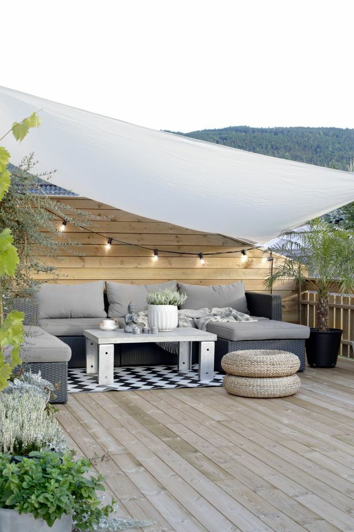 tolles modell von terrasse - graues sofa - weißer tisch
