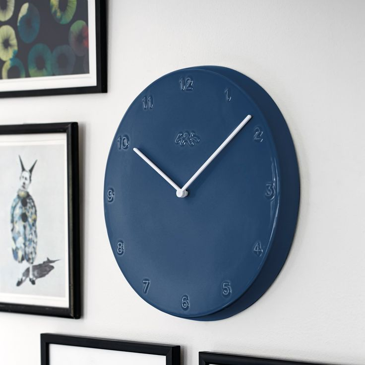 The smart and stringent look makes the wall clock fit into most interior designs – whether you want a clock that practically melts into the wall or pops out as an elegant, colourful statement.