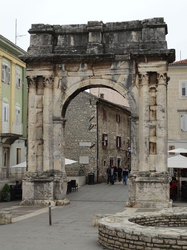 Der antike Sergierbogen im Stadtzentrum von Pula