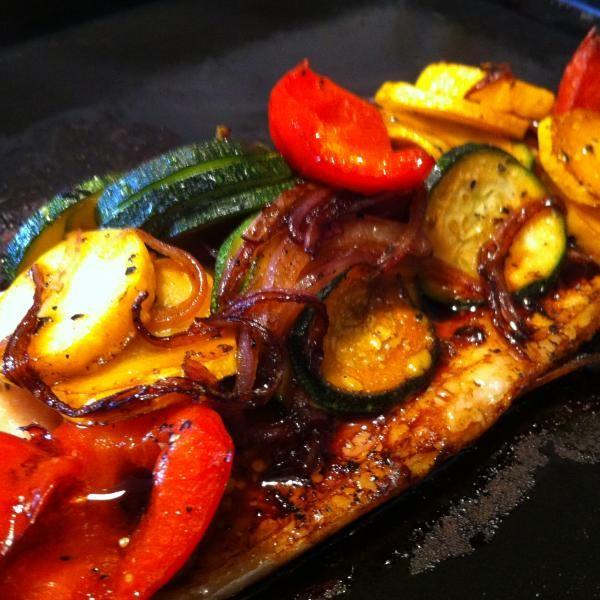 Aprende a preparar trucha al horno con vegetales con esta rica y fácil receta.  Alistar los ingredientes. Cortamos el calabacin amarillo y verde en rodajas de 3 mm...