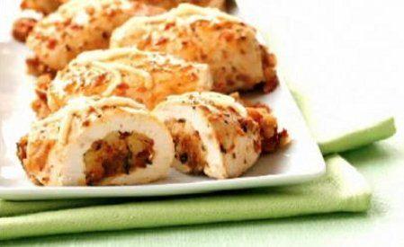 Saludables pechugas de pollo rellenas con bruschetta y queso