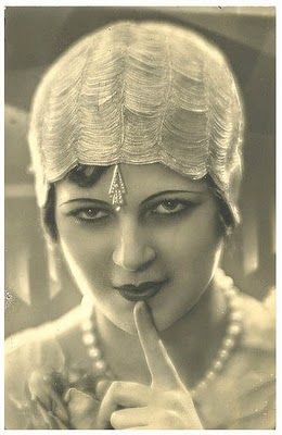 20's beauty - more vintage photos http://collectingvintagejewelry.blogspot.com/2013/03/vintage-fashion-shots-how-times-have.html