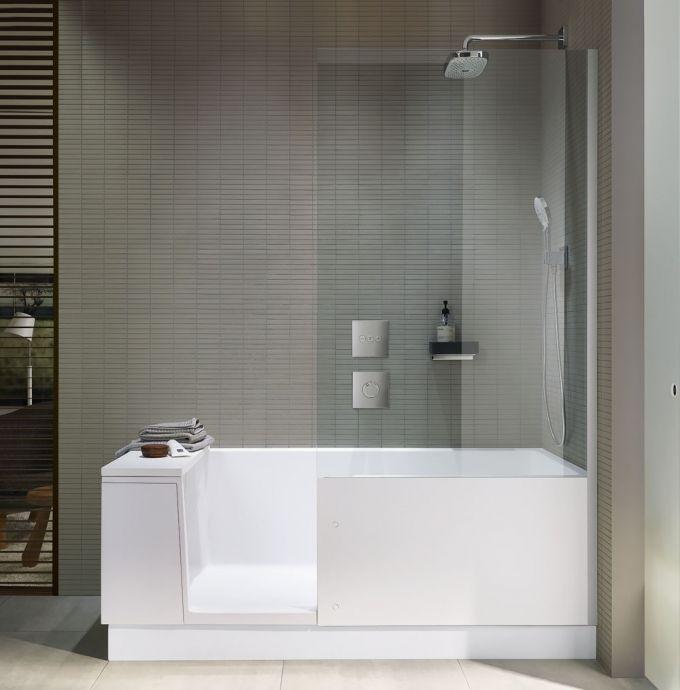 Walk-in Shower + Bath kombinuje sprchový kout a plnohodnotnou vanu. Multifunkční sedák slouží jako kryt dvířek, sedák, odkládací polička a podpěra zad. Skleněná zástěna může mít zrcadlové provedení, 170 x 75 cm, Duravit, cena od 170 293 Kč, www.duravit.cz