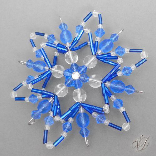 Originální korálková vánoční hvězda KO071 Vánoční ozdoba - Korálková hvězda modrá TRIO Originální korálková vánoční hvězda - originální vánoční korálková vločka Dekorace ze skleněných korálků - originální drátkovaná korálková ozdoba tvořená z korálků s očkem na zavěšení. Ozdoba je prostorová má pevný základ a hezky drží tvar. Vhodná jako ...