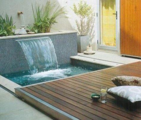 Em pouco espaço uma piscina que se fecha com um deck deslizante e surge um espaço para espreguiçadeira( uma rede em suporte móvel) junto ao barulinho da pequena fonte de parede.Perfeito para ler... um livro!