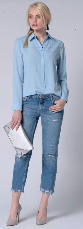 Светлые джинсы, синий плащ, серые туфли