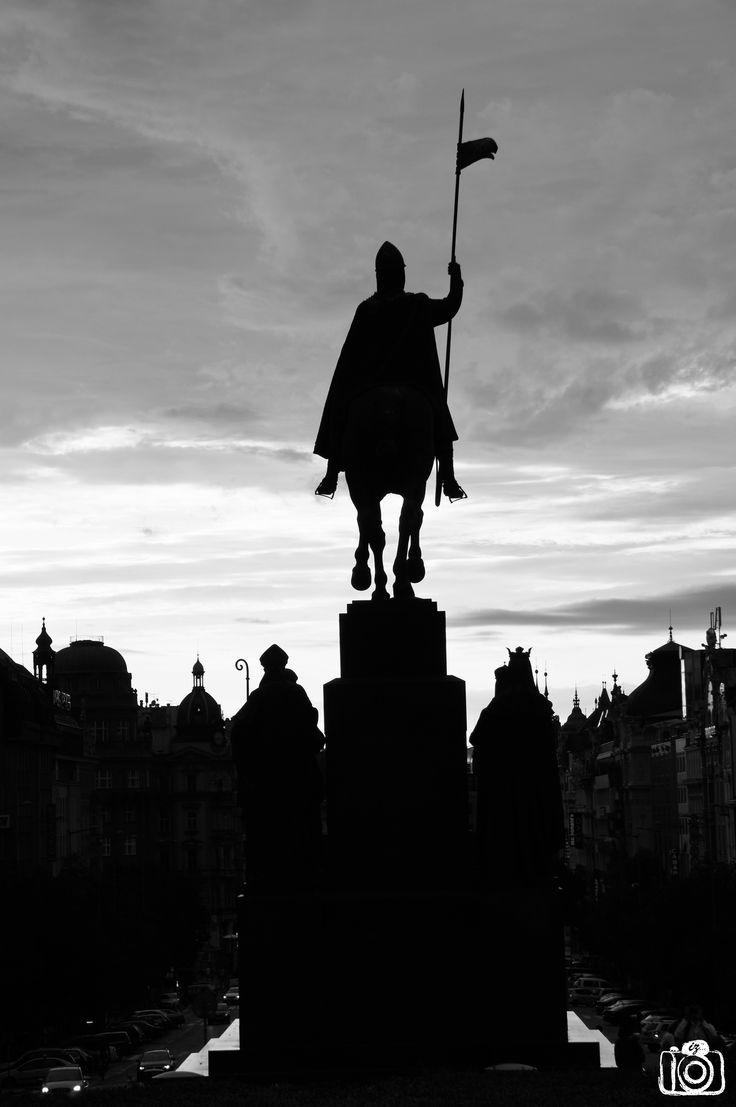Het 'Pomnik svatého Václava', een ruiterstandbeeld van Sint Wenceslas. Wenceslas was een boheemse hertog die in de 10e eeuw het Christendom verspreidde. Hij werd in 929 door zijn broer vermoord en werd al snel heilig verklaard waarna hij uitgroeide tot een nationaal symbool voor de Tsjechen. Nu kijkt het uit over het Wenceslasplein.