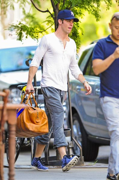 Chris Pine Photos Photos - Chris Pine goes on a coffee run at Thinkcofffee before heading to the set of his new movie 'Jack Ryan' in New York City. - Chris Pine Gets a Caffeine Fix