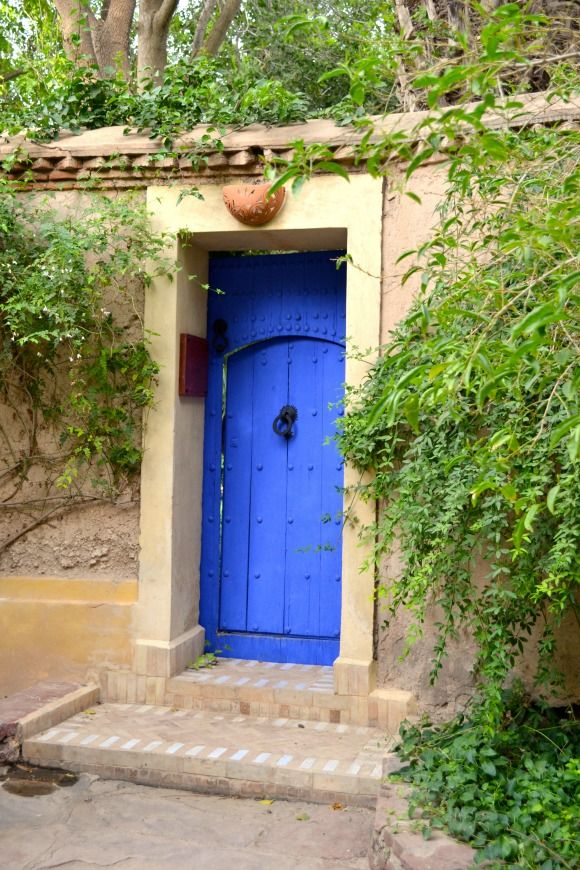 Les Deux Tours Hotel - The Gardens : A blue door in the garden @Hotel Les Deux Tours Marrakech Marrekch on the blog & picture by Helena from @Elena Navarro del Rio - A Diary of Lovely