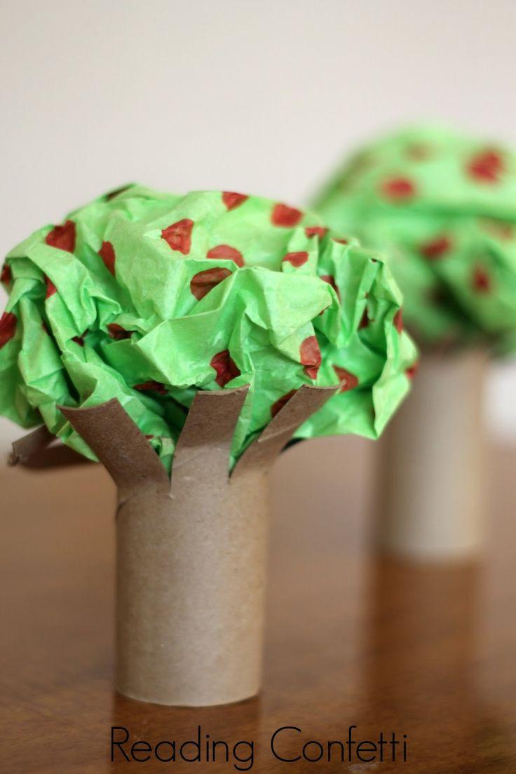 Árvores feitas com rolo de papel higiênico e folha de papel pintada e amassada.