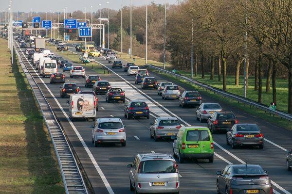 """Automobilisten met een hoger inkomen hoeven straks niet meer in de file te staan. Verkeersdeskundige Gerard Oefermans heeft een oplossing bedacht voor het fileprobleem.De linkerrijstrook moet gereserveerd worden voor mensen met een hoger salaris. """"Tijd is geld, vooral voor belangrijke mensen met een goede baan. Het is daarom logisch dat zij voorrang krijgen op de snelweg.Op de linkerrijstrook willen we [...]"""