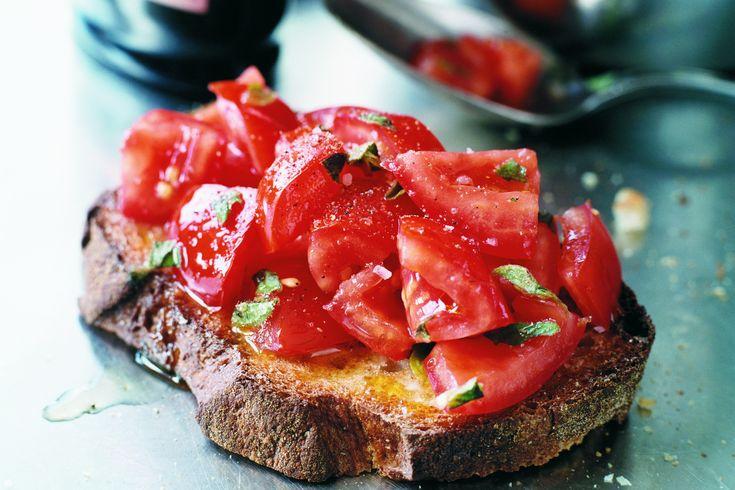 Bruschetta al pomodoro. Grillat bröd med tomat, basilika och olivolja.