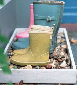 Keep spring and garden mud outside where it belongs, with this super-simple, super-cute boot box.