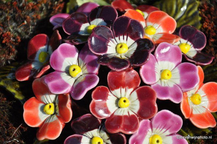 versteende bloemen, verstilde liefde, maar altijd aanwezig keramiek voor buiten inspiratie detail