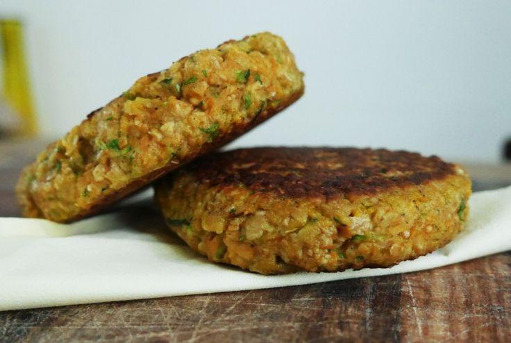 Gezonde groenteburger met wortel en courgette