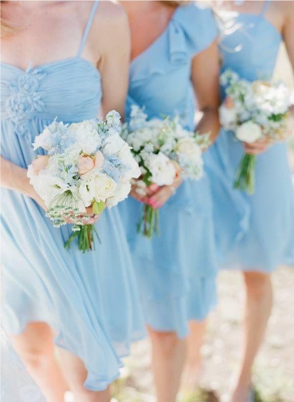 Combinación de damas trajes azul claro y sus flores colores pasteles!!