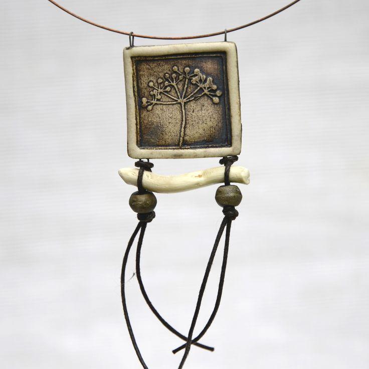 Keramický náhrdelník NATURA (34) Originální keramický náhrdelník z kolekce NATURA. Každý kus je originál. Průměr obruči: cca 14 cm Délka přívěsku: cca 11 cm Velikost placičky: 3,5 x 3,5 cm