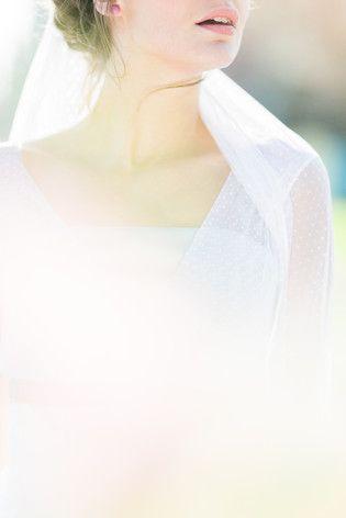noni 2016 | romantisches Brautkleid mit transparenten Trägern und gepunktetem Tüll, passender Schleier aus Pünktchentüll  (www.noni-mode.de - Foto: Le Hai Linh)
