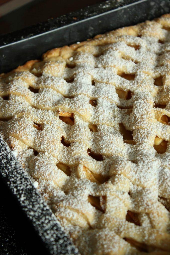 Leckerer gedeckter Apfelkuchen vom Blech mit Gitter von SweetsandLifestyle